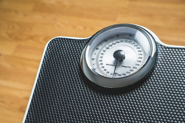 váha se stupnicí