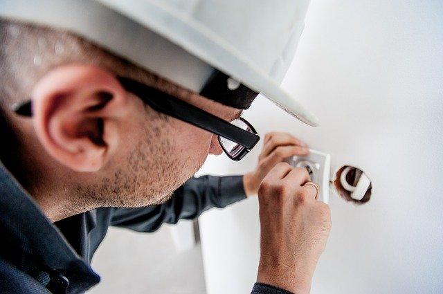 elektrikář v práci